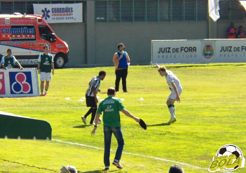 Carlos Renato em jogada individual pela ponta esquerda contra o Juventude