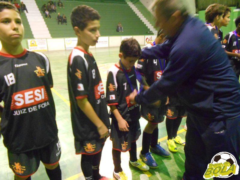 Pequenino Vinicius (número 7) recebe a medalha de campeão da Copa Prefeitura Bahamas de Futsal