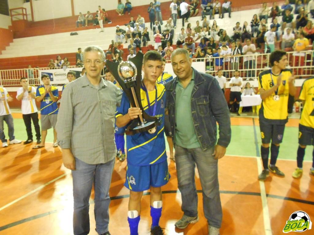 Ricardo Wagner e Marcos Moreno premiam o vice-campeão infanto-juvenil