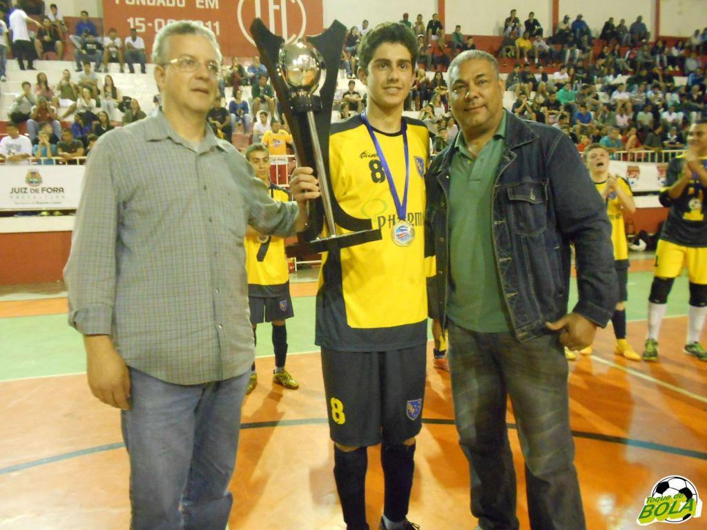 Ricardo Wagner e Marcos Moreno entregam o troféu de campeão infanto-juvenil.