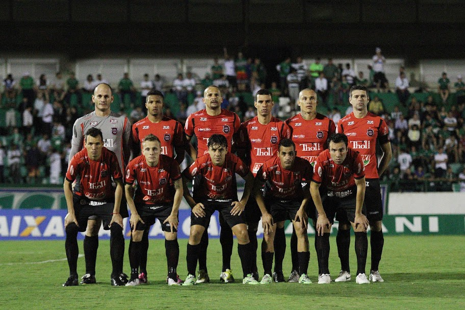 Time que entrou em campo no empate com o Guarani por 2 a 2. ( Foto: Carlos Insaurriaga)