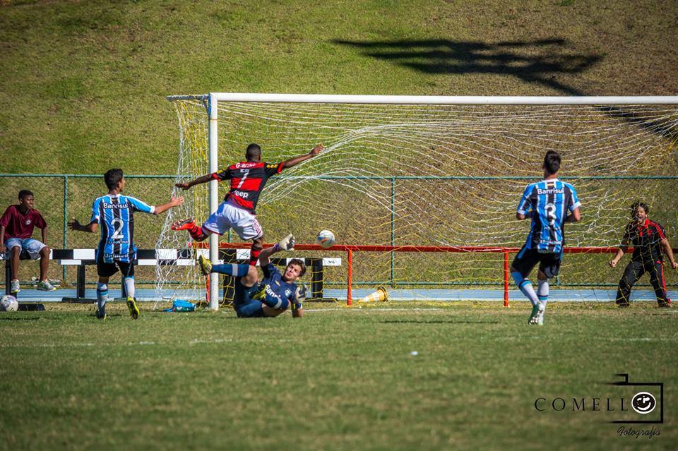 Lucas faz o segundo do Flamengo e garante o time nas quartas de final (Foto: Léo Comello)