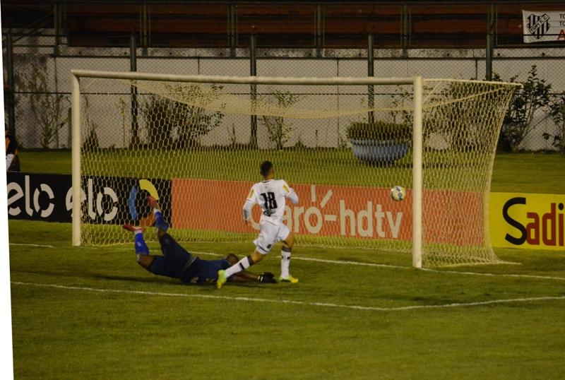 Arthur empurrou a bola para o fundo das redes aos 48 minutos da etapa final, eliminando o Carijó (Foto: Léo Comello)