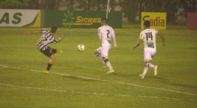 Marco Goiano acertou belo voleio e empatou o jogo (Foto: Léo Comello)
