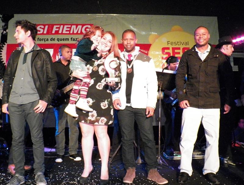 Dupla da Açotel, Thalita e Ulisses (centro), garantiram troféu de campeã do Festival à empresa