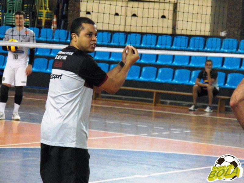 Alessandro Fadul iniciou temporada passada como auxiliar, substituiu Chiquita no comando e quase foi aos playoffs da Superliga 2014/2015