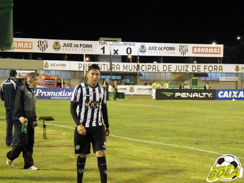 Bruno Aquino marcou o gol da vitória do Tupi e foi substituído por Igor na etapa final