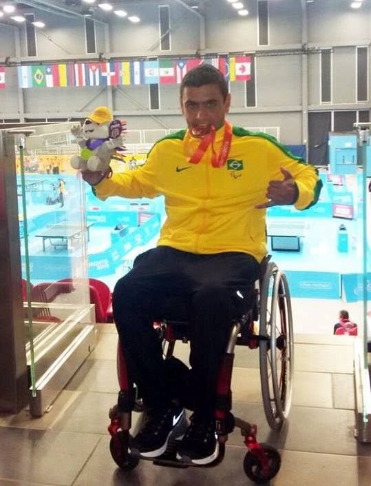 Alexandre Ank exibe com orgulho a medalha de bronze conquistada no Canadá