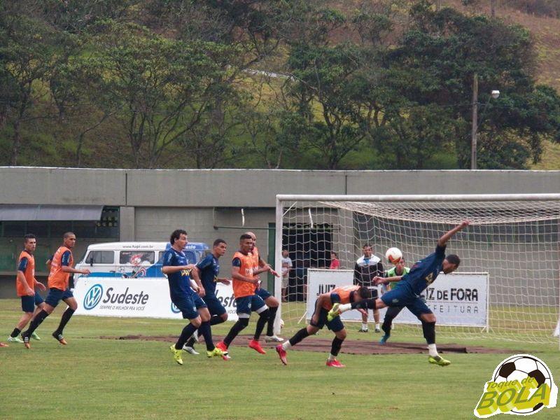 Forte também nas bolas aéreas ofensivas, Fabrício Soares marcou gol de cabeça no treino desta quinta