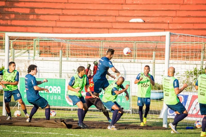 Bruno Aquino marcou gol em treinamento após bola parada no treino de quinta-feira, no Estádio Municipal (Foto: Léo Comello)