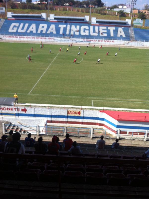 Pouco mais de 100 pessoas assistiram a despedida do Guaratinguetá do estádio Dario Rodrigues Leite (Foto: Filipe Rodrigues)