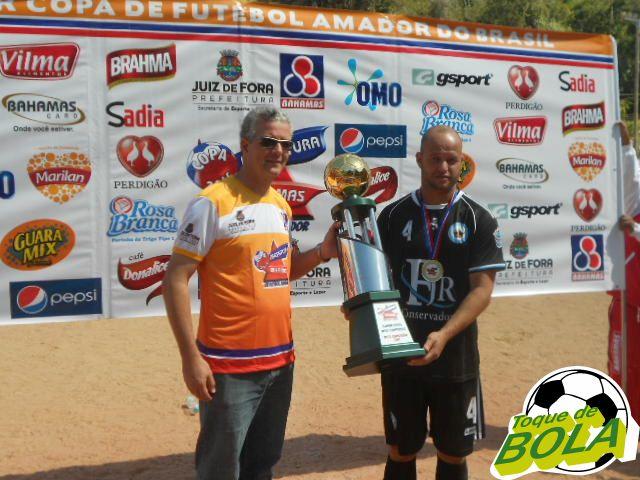 Giovane recebe o troféu de vice-campeão para o Oba Oba
