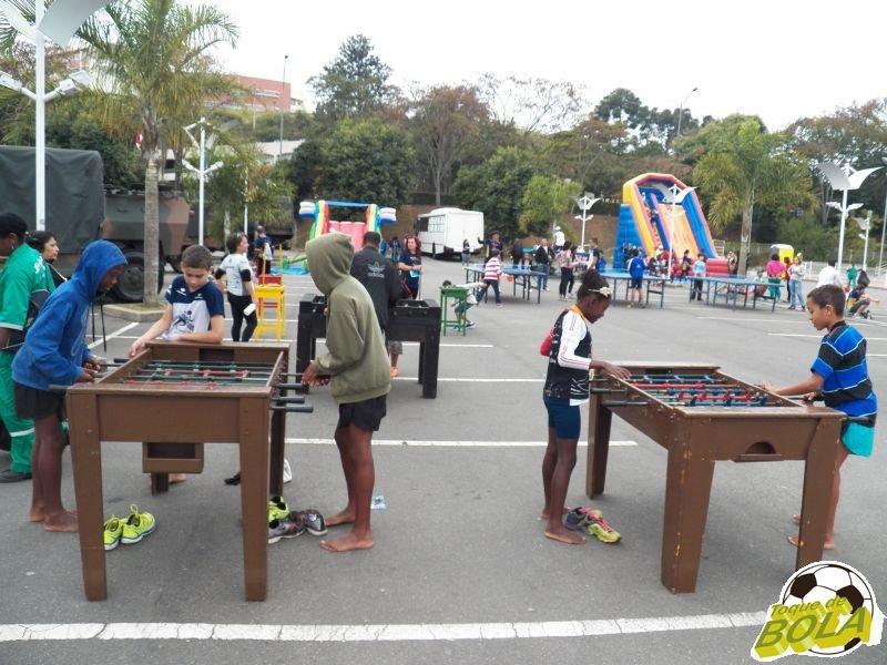Ao lado dos familiares, crianças presentes no evento realizado na UFJF tiveram espaço de recreação