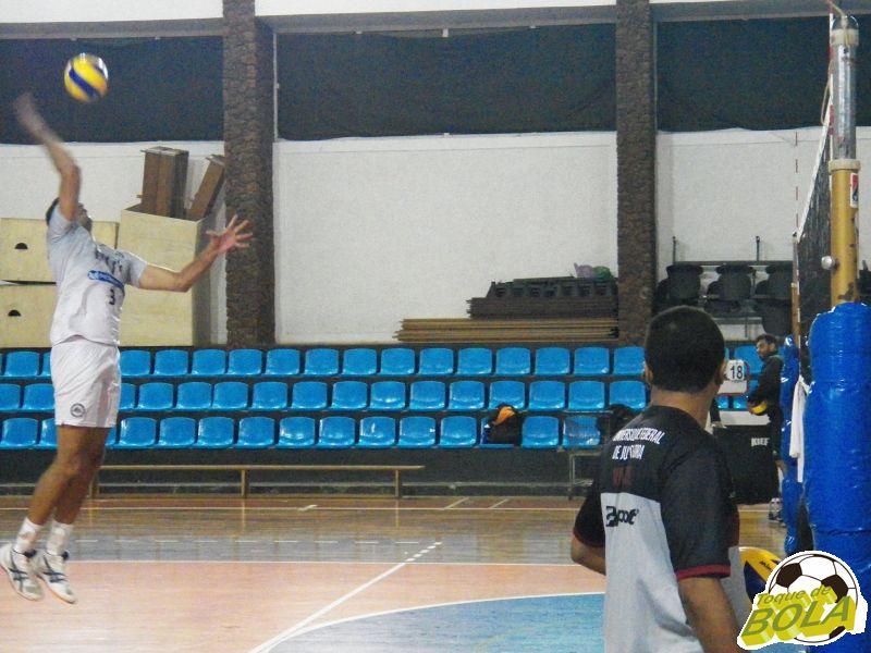Após circuito priorizando parte física, Fadul comandou treinamento com bola intenso durante mais de uma hora no ginásio da Faefid
