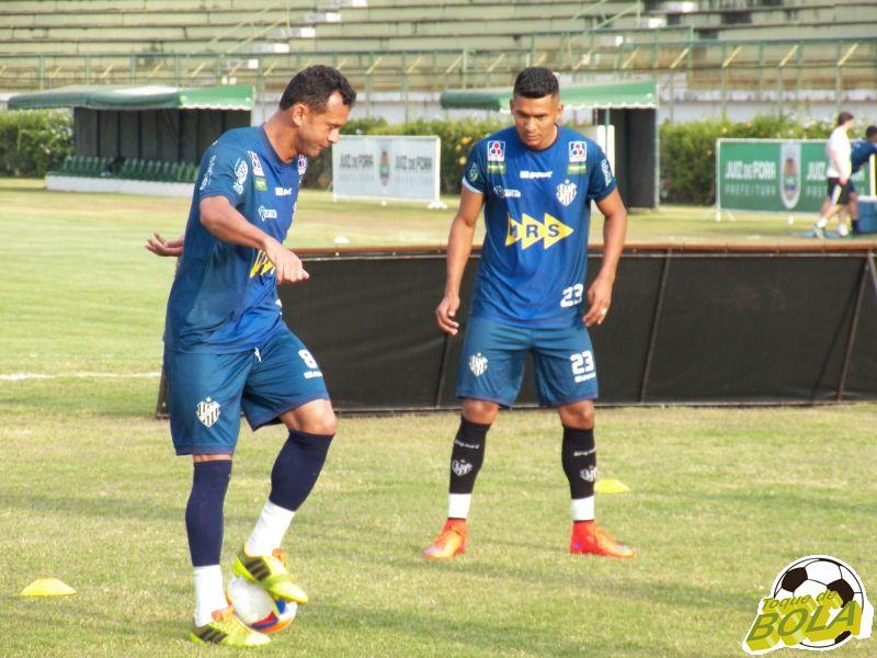 Zagueiro Fabrício Soares (com a bola) e meia Gabriel Davis  devem entrar em campo contra o Caxias