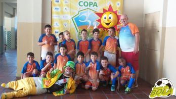 Copa Toque de Bola de Futsal: alegria, sol e palhaçada enquanto a garotada brinca de bola. Veja fotos