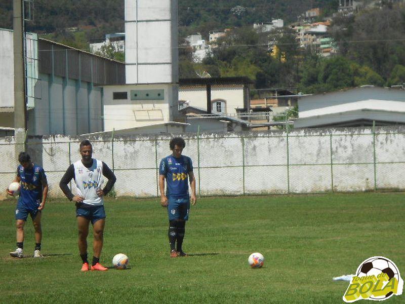 Júnior Paraíba, Sidimar e Marco Goiano treinaram cobranças de falta