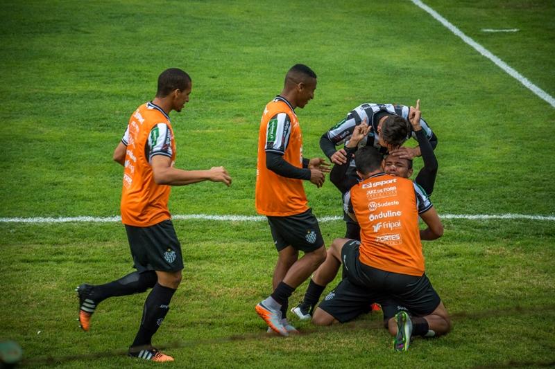 Felipe Augusto comemora seu primeiro gol no Carijó (Foto: Léo Comello)