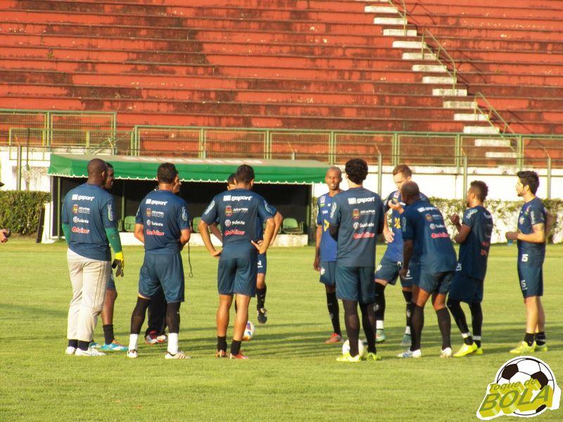 Leston conversa com equipe teoricamente titular em parte aberta do treinamento desta sexta, no Estádio Municipal