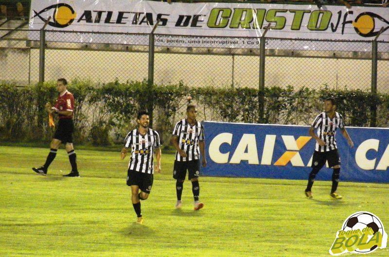 Marco Goiano, Ygor e Fabrício Soares festejam segundo gol carijó