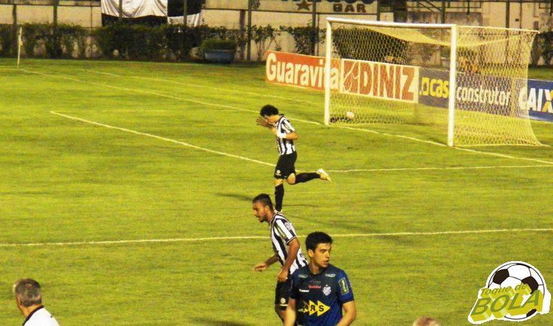 Sidimar  agradece aos céus após abrir o placar no Estádio Municipal