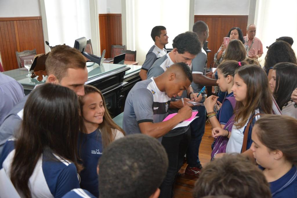 Jogadores do Tupi atendem com fotos e  autógrafos a estudantes após Moção de Aplauso na Câmara Municipal de Juiz de Fora