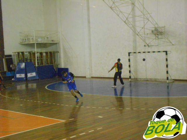 Artilheiro da partida com 11 gols, Wesley comemora tiro de sete metros convertido por ele