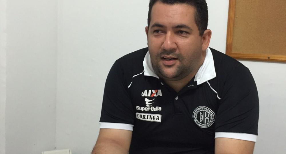 O vice-presidente do ASA, Hellycarlos Albuquerque, reclama de três lances na derrota por 2 a 0 (Foto: site oficial do ASA)