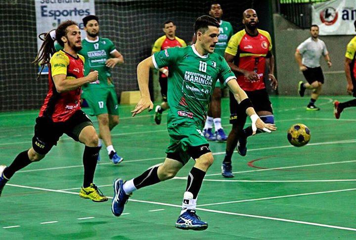 Ponta esquerda da ADJF/Independência Trade, Elias Júnior, corre atrás de atleta do Maringá