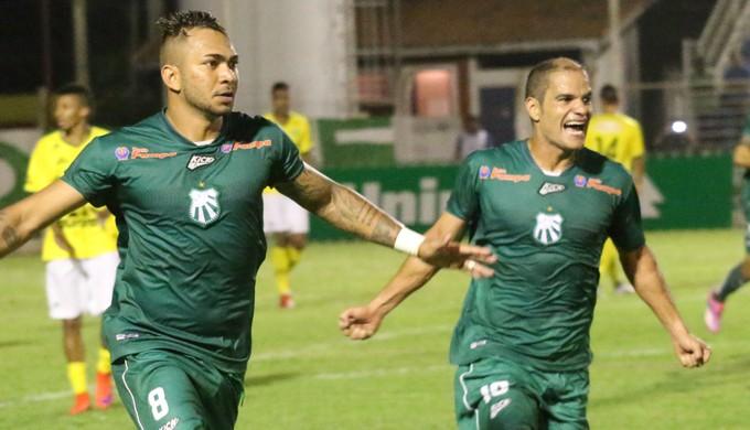 Deivid (a esquerda) comemora ao lado de Ewerton Maradona o gol de empate (Luciano Santos/Mantiqueira)