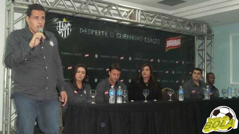 Bernardo (de pé) em evento de marketing do Tupi em junho de 2015
