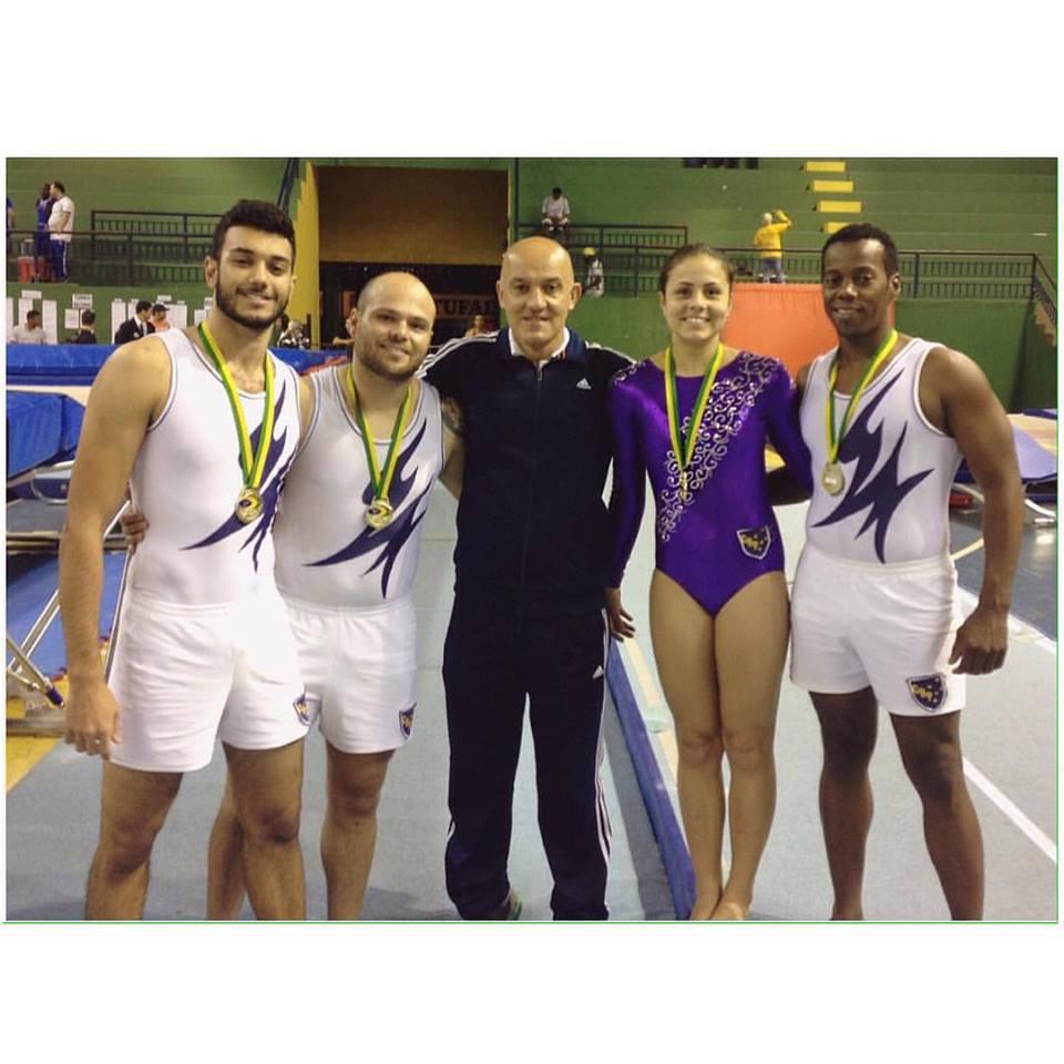 Luisa com atletas de Juiz de Fora e região campeões brasileiros de elite por equipe no tumbling, também comandados por Wanderson Zambeli