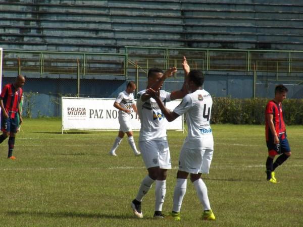Michel Douglas (esq) e Pirão comemoram o gol da vitória (Foto: Toque de Bola)