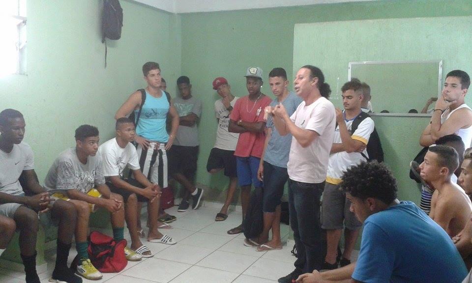Ronaldo se reúne com os atletas que compareceram ao primeiro treino no Sport (Foto: Amarilio Arrila)