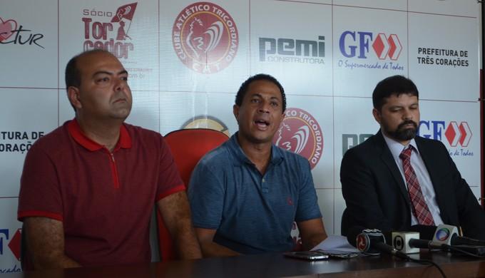 Presidente do Tricordiano, Gustavo Vinagre (centro), em coletiva com o diretor de futebol, Rachid Gabdem (à esq.) e o advogado do clube, Hugo José de Oliveira Filho (Foto: Régis Melo)