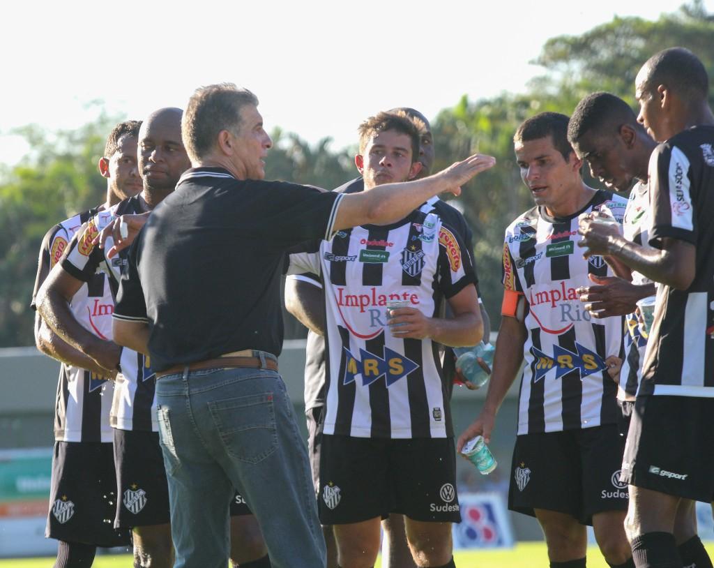 Treinador carijó orienta jogadores em parada técnica durante partida entre Tupi e Caldense, pelo Campeonato Mineiro