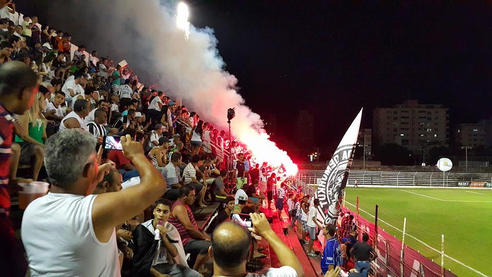 Torcida do Democrata, de Governador Valadares: equipe cresceu na reta final e está próxima do acesso à primeira divisão do futebol mineiro