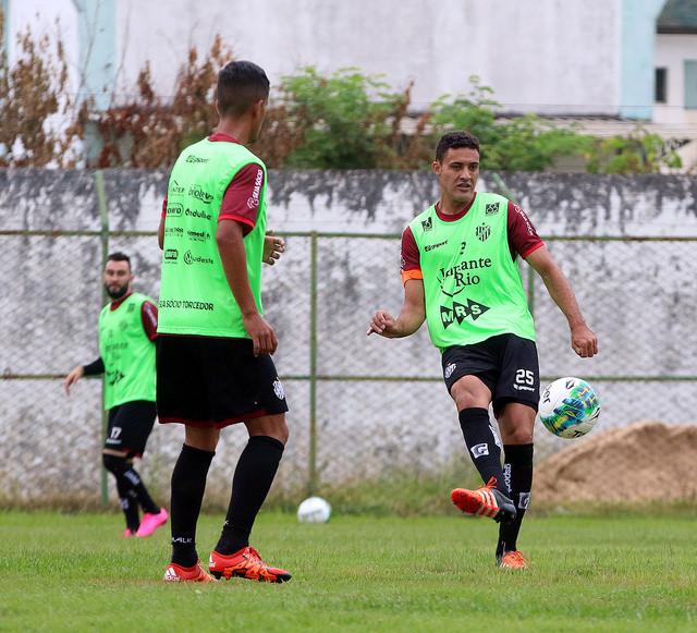 """Zagueiro Heitor será o capitão carijó diante do Joinville: """"Gosto de ter três representantes para dividir as responsabilidades e sempre ter algum deles à disposição"""", explica Drubscky"""