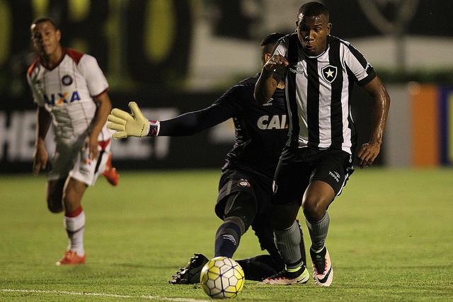 Ribamar abriu o caminho para a vitória do Botafogo sobre o Atlético Paranaense em quarta-feira que trouxe novo ânimo ao clube carioca