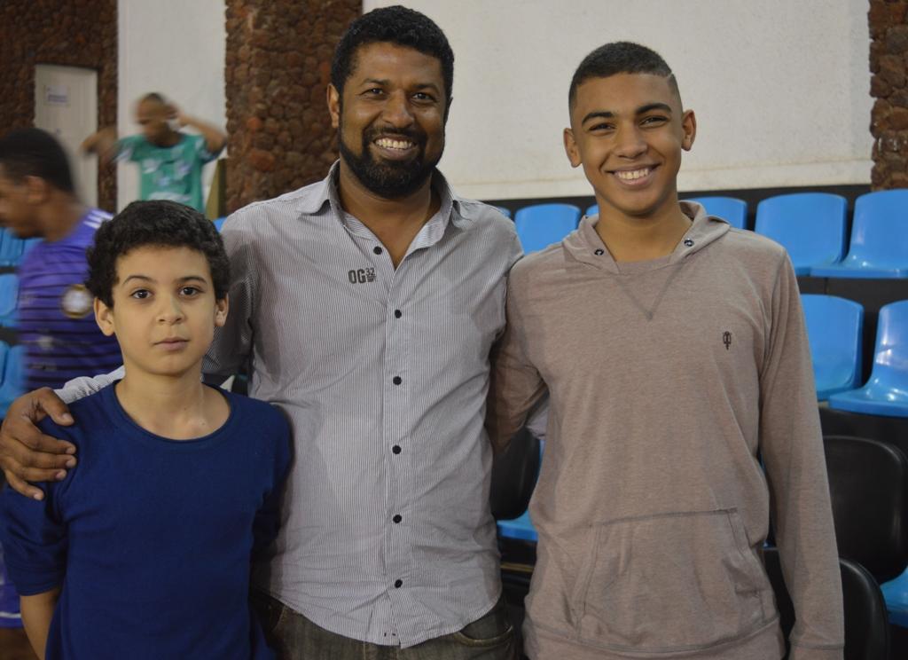 Treinador de futsal da Palimontes, Sílio Borges contou com a torcida e a companhia dos filhos Davi, 11 anos, e André, 16