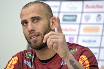 """Rafael Santos brilha com grandes defesas: """"Agarrei a causa do clube"""""""