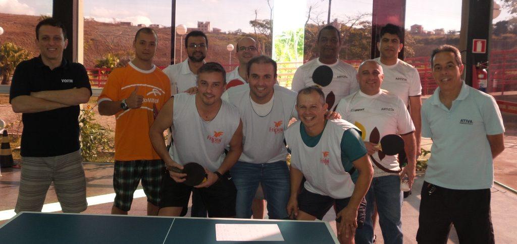 Atletas do tênis de mesa se reúnem antes do sorteio, no Clube Campestre do Sesi Juiz de Fora