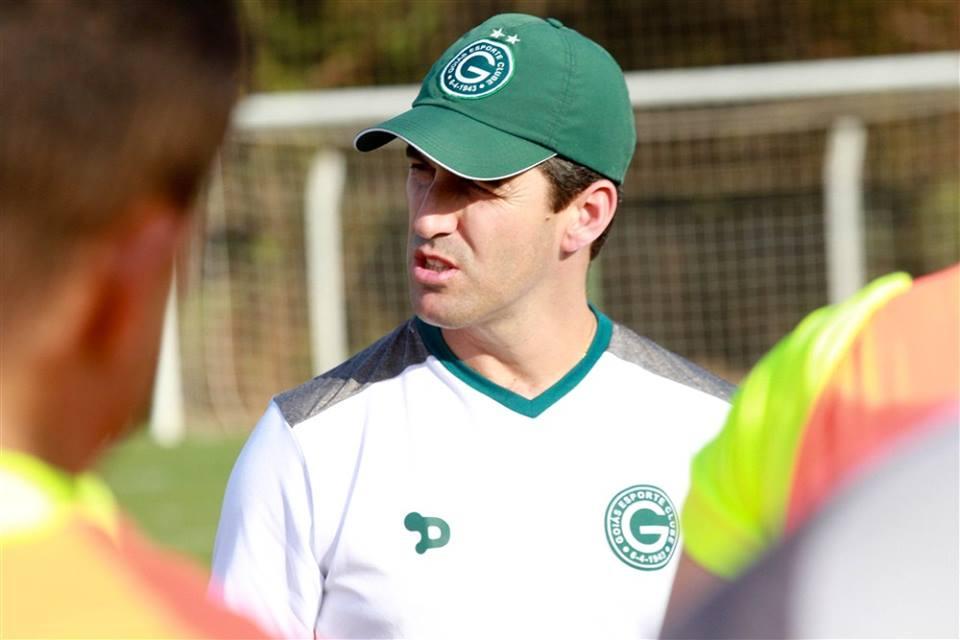 Leo Condé, que começou como treinador de equipes profissionais no Tupi, hoje defende as cores do Goiás