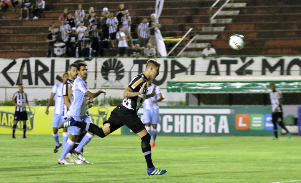Bonito gol de Octávio deu ilusões ao já desacreditado torcedor do Tupi diante do Londrina