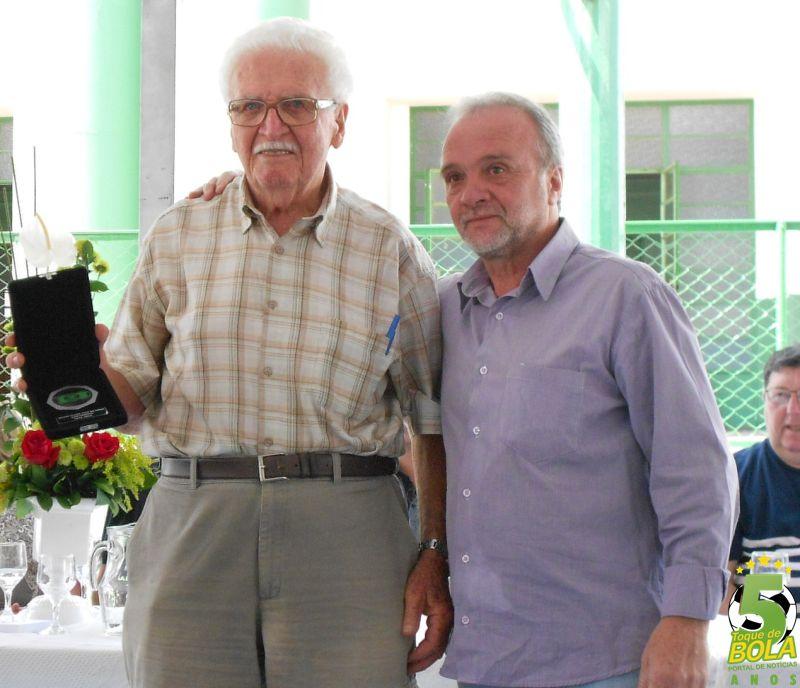 João Lopes recebe sua homenagem das mãos do presidente Jorge Ramos