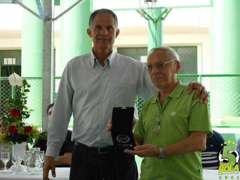 Homenagem ao futsal entregue a Márcio Jorge Afonso entregue pelo ex-presidente Betinho Inham