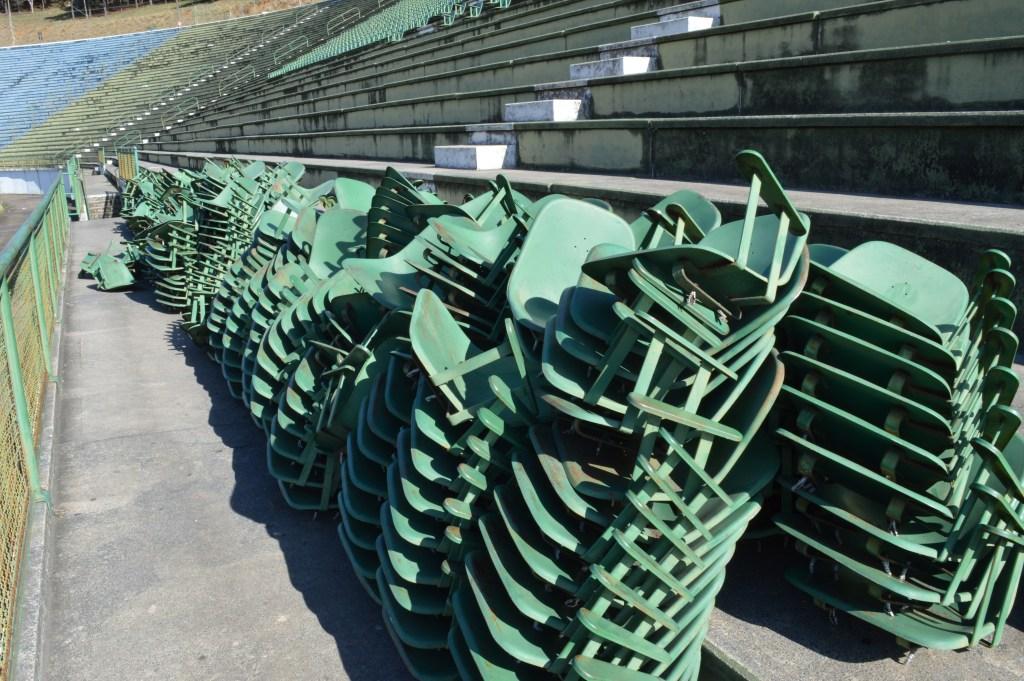 Estádio tem aproximadamente 2.800 cadeiras. Até o momento, a retirada é feita de forma parcial