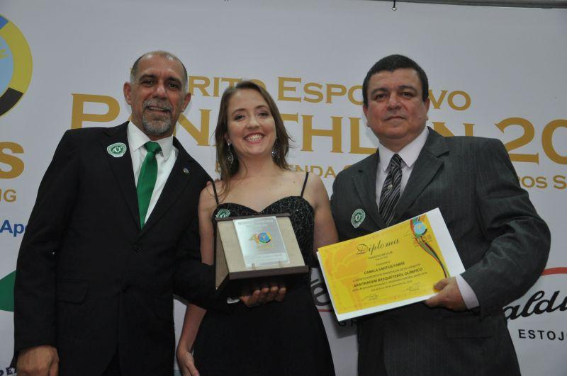 Camila Fabre - Arbitraggem Basquetebol Olímpico - recebe o Mérito pelo presidente Cláudio Esteves e pelo panathleta Walter Monteiro