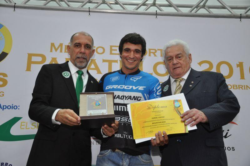 Daniel Grossi - Mountain Bike - recebe a premiação do panathleta Fernando Paranhos. Foi campeão: da 1° etapa Campeonato Mineiro XCO - Juiz de Fora, da Etapa JP Ravelli - Monte Alegre do Sul - São Paulo, do Circuito Cross Country XCO - Barbacena - MG, e Campeão Bike Race Brasil - Visconde do Rio Branco - MG.