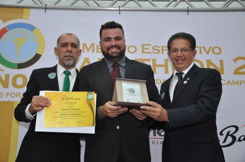 Raphael de Sá Franco recebe o Mérito Panathlon, entregue por Pedro Souza